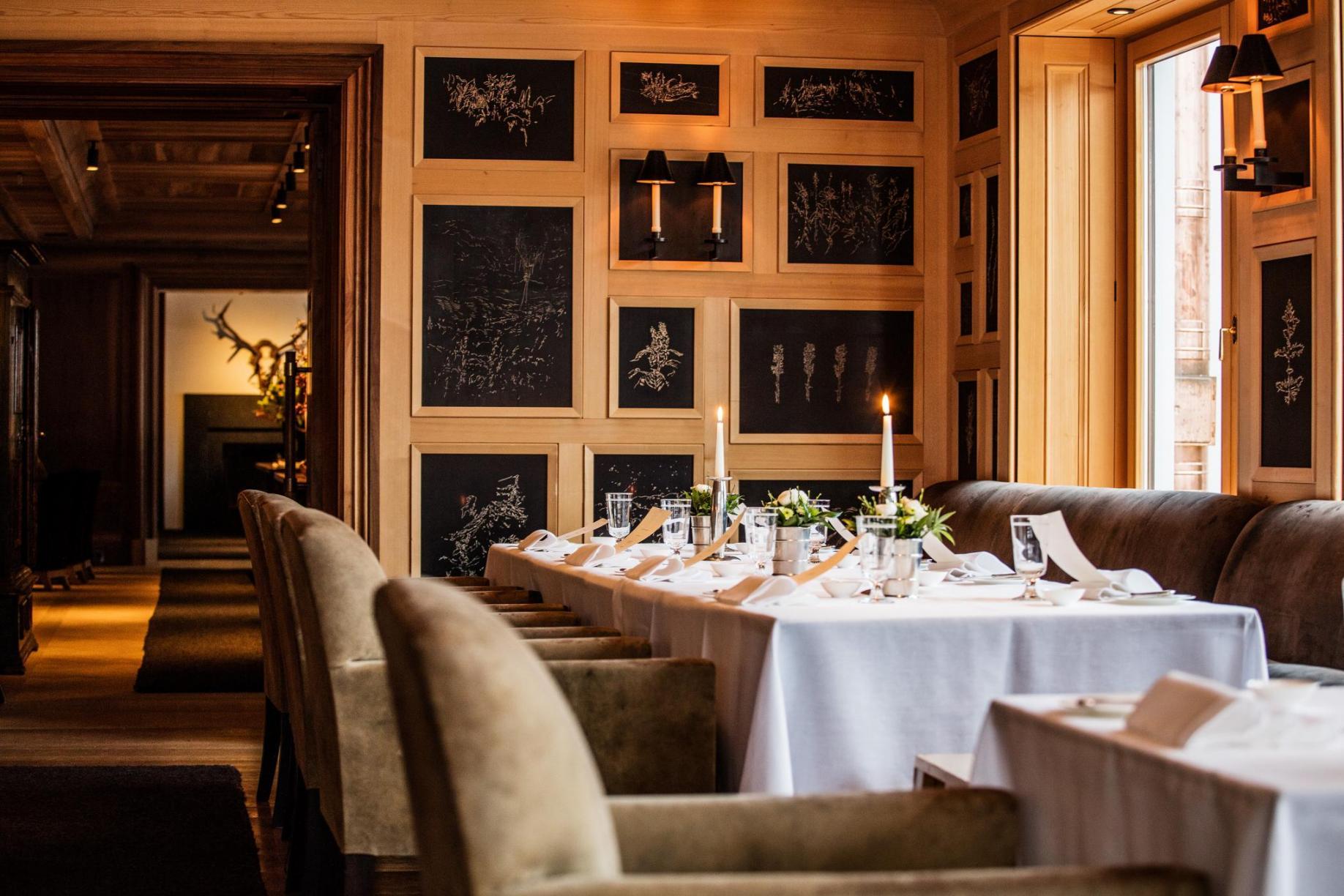 Restaurant im Hotel Almhof Schneider in Lech am Arlberg mit Holzschnitt-Tafeln von Christian Thanhäuser