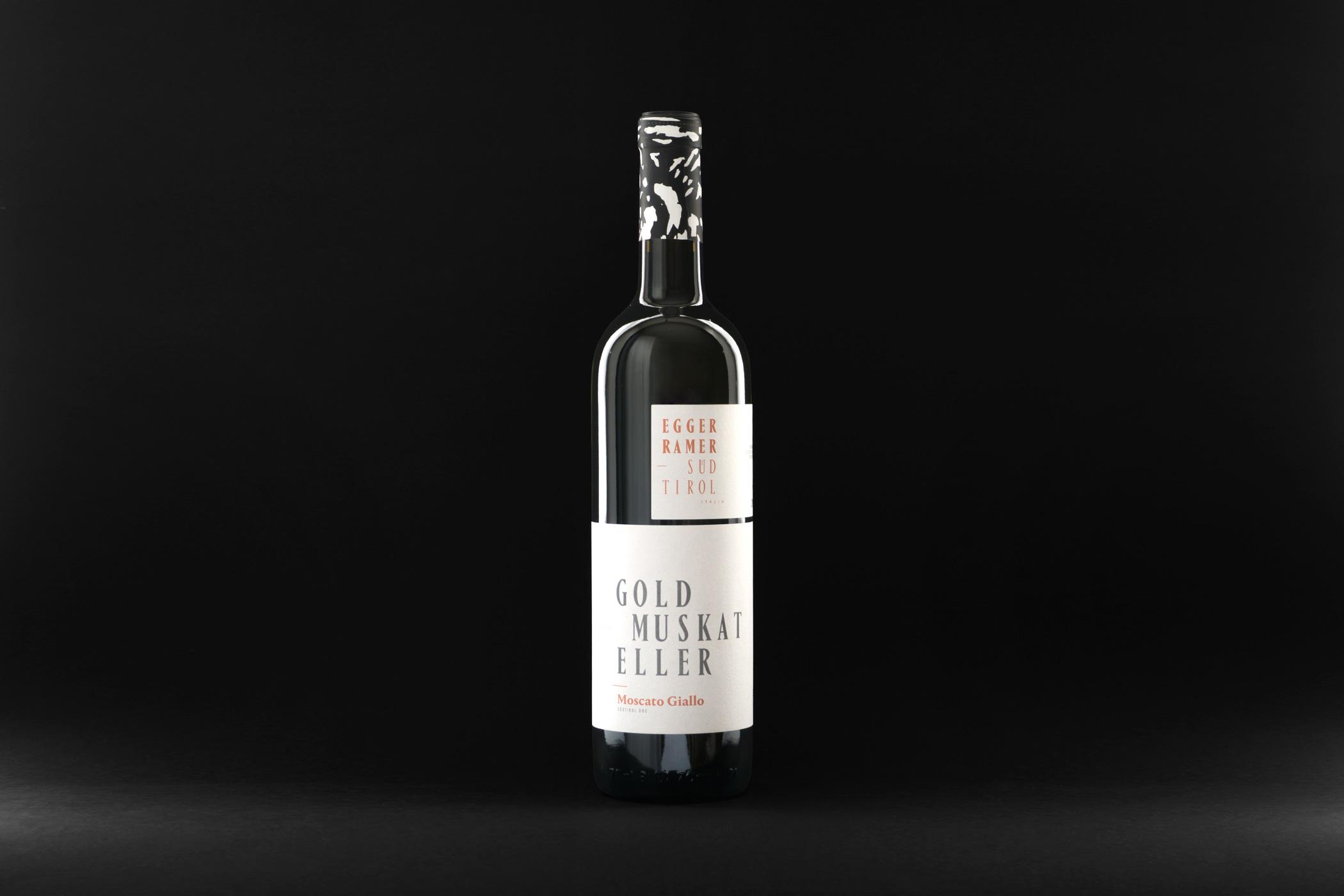 Weinflasche des Weingut Egger-Ramer Südtirol mit einem Holzschnitt von Christian Thanhäuser