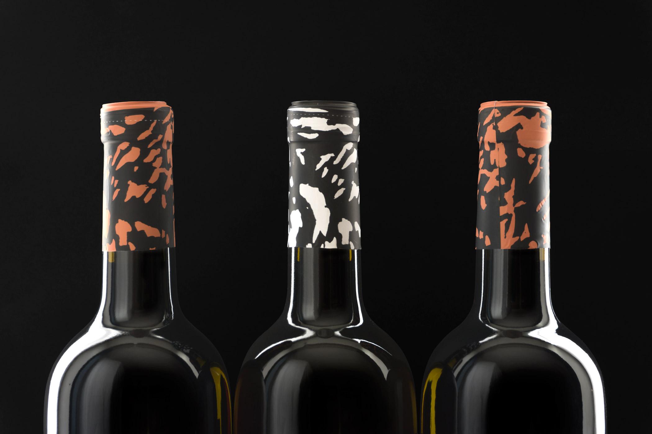 Weinflaschen des Weingut Egger-Ramer Südtirol mit einem Holzschnitt von Christian Thanhäuser