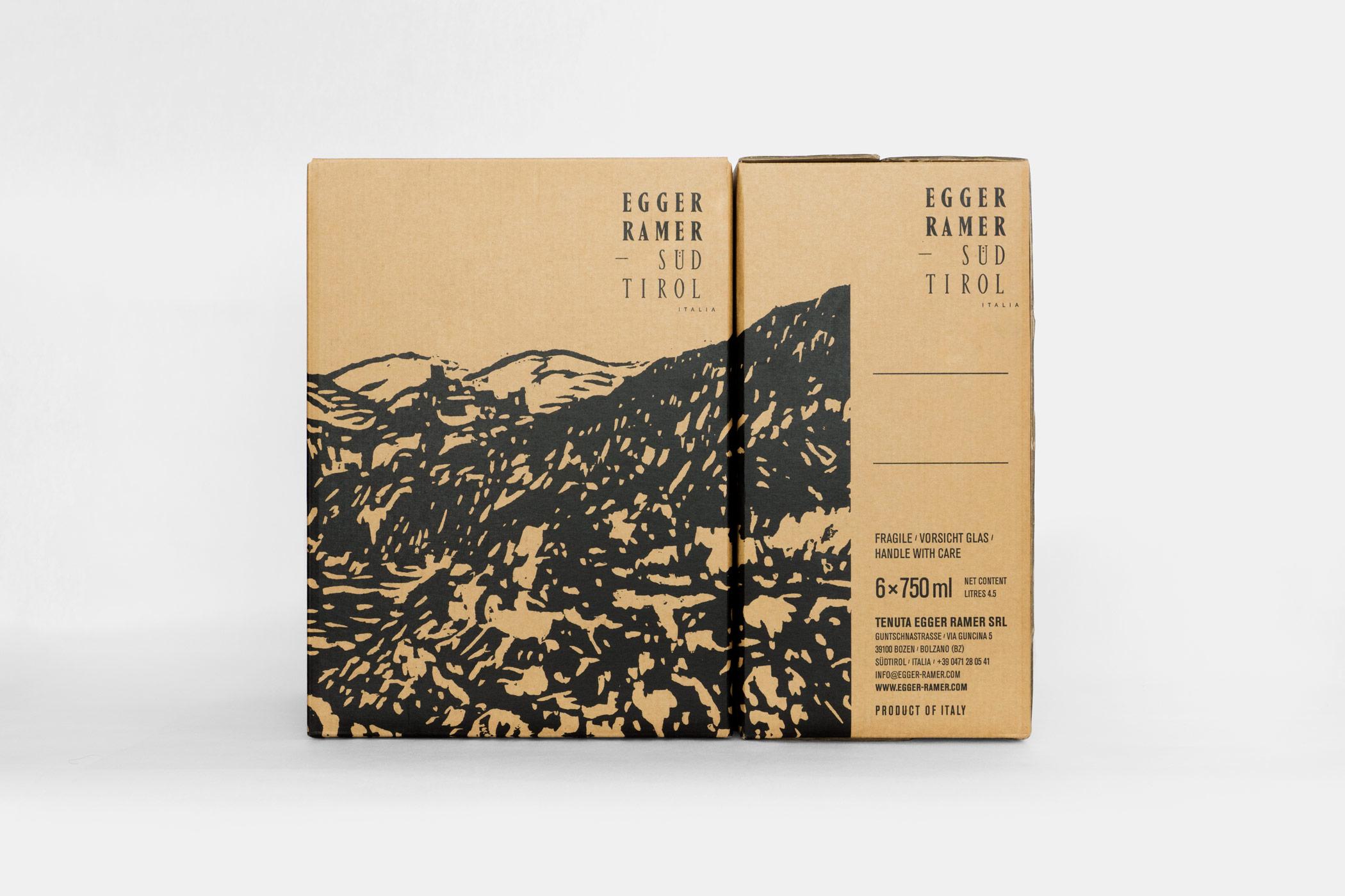 Weinflaschenverpackung des Weingut Egger-Ramer Südtirol mit einem Holzschnitt von Christian Thanhäuser
